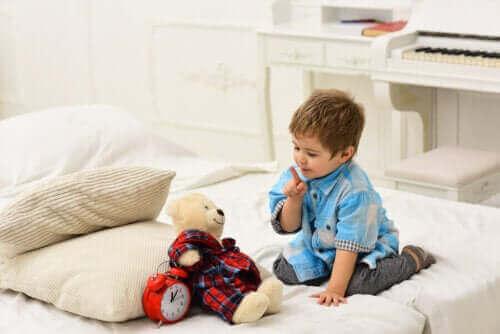 Mitä hyötyjä on siitä, että lapsi puhuu itsekseen?