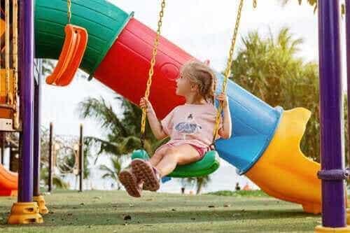 Pitääkö vanhempien huolestua, jos lapsi tykkää leikkiä yksin?