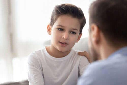 Vältä näitä lauseita, kun haluat kasvattaa sinnikkään lapsen