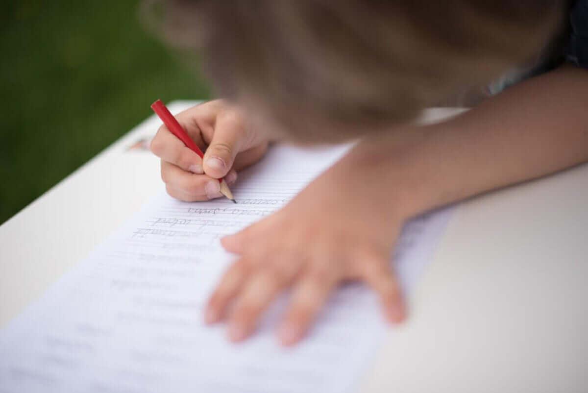 Kirjoittamaan oppiminen Montessori-menetelmän avulla