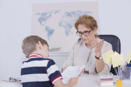 Miksi lapsi saa heikkoja arvosanoja ja miten vanhemmat voivat auttaa tilanteessa?