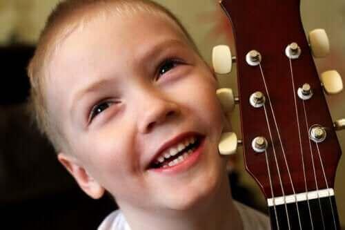 3 helppoa musiikkileikkiä pienille lapsille