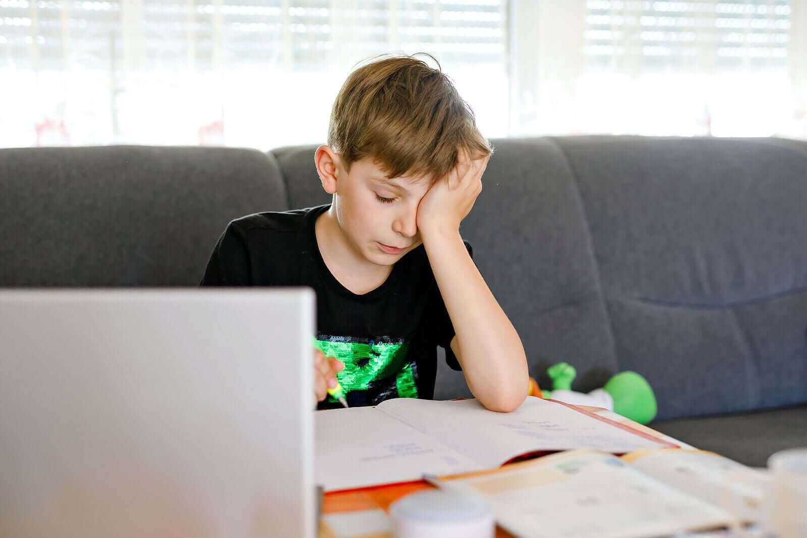 Kuinka auttaa teini-ikäistä, jolla on oppimisvaikeuksia?