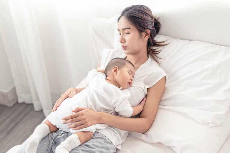 Kuinka nukkua hyvin vauvan ensimmäisten kuuden elinkuukauden aikana