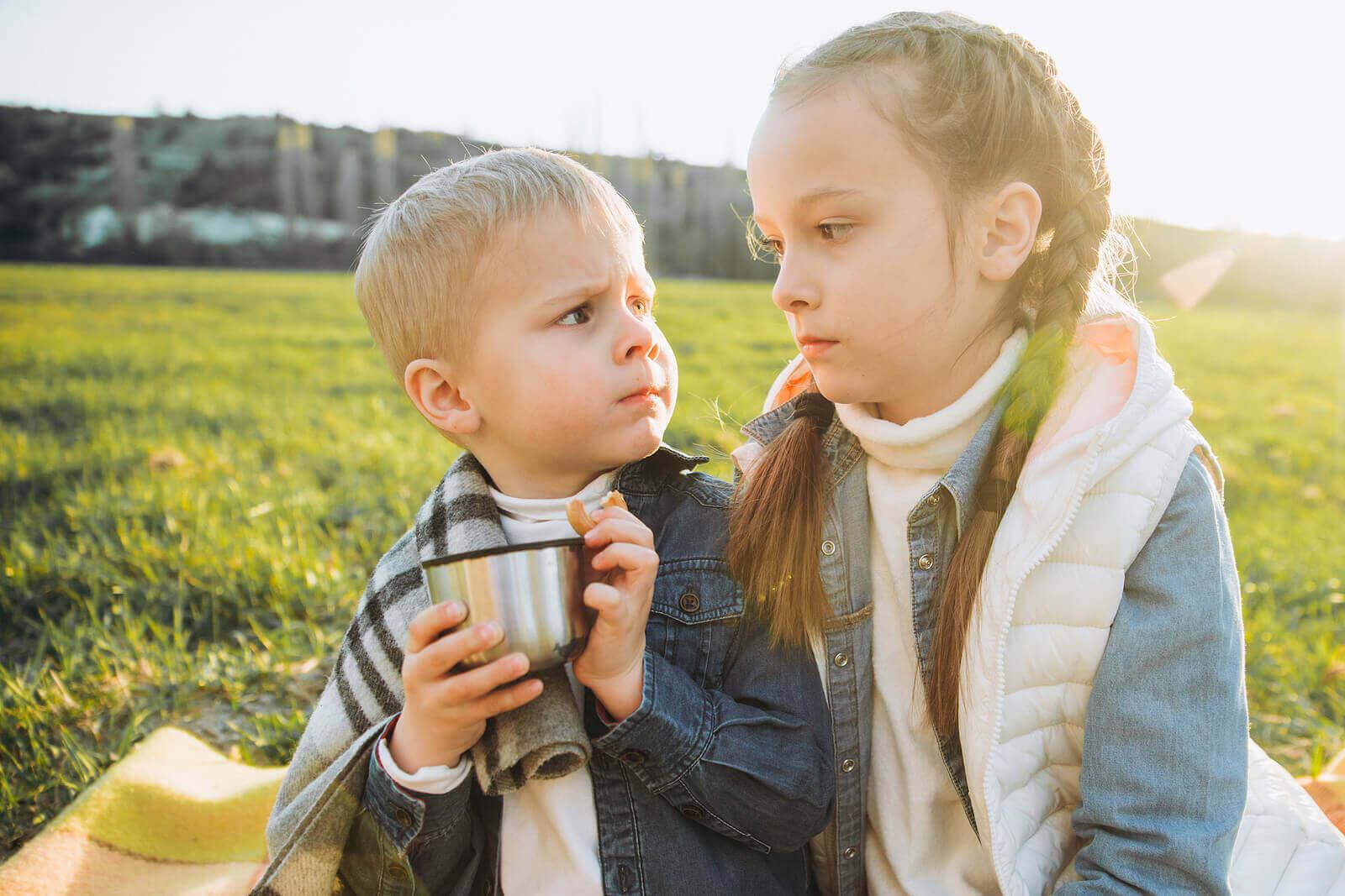 Kokeile näitä kurinpitomenetelmiä, jos sisarukset riitelevät usein