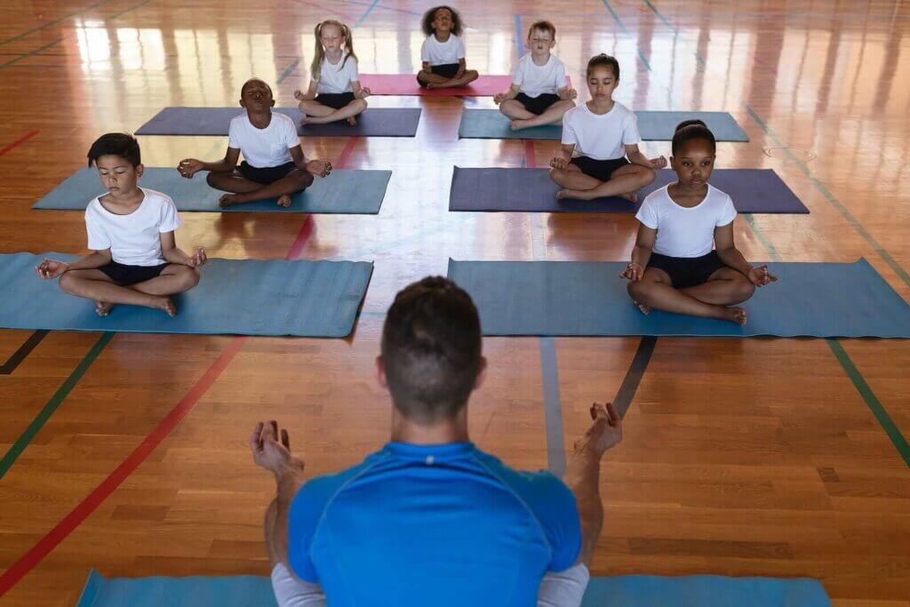 Mitä hyötyjä joogan harjoittaminen koulussa tarjoaa?