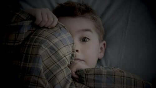 Moni vanhempi saattaa pohtia, miksi lapsi pelkää yksin olemista