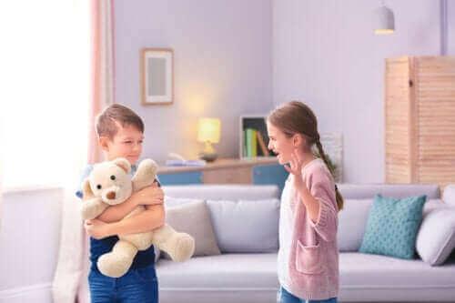 Kokeile näitä menetelmiä, jos sisarukset riitelevät usein