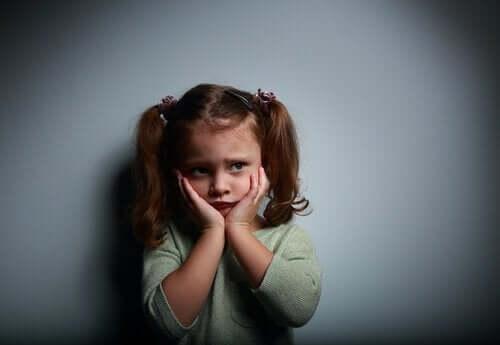 Kun lapsi pelkää yksin olemista