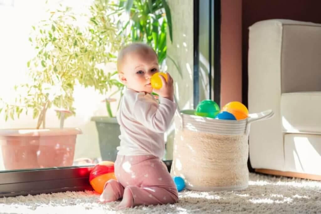 Vauvan stimulointi aarrekori-leikin avulla