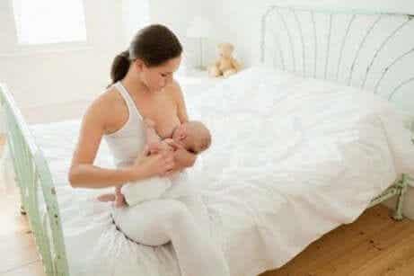 Vauvan ruokinta ensimmäisinä elinviikkoina
