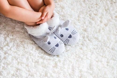 Levottomat jalat aiheuttavat muun muassa nipistelyä, polttelua ja kihelmöintiä jaloissa