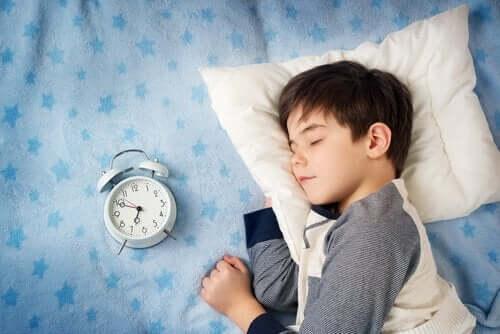 Kuinka paljon unta lapsi tarvitsee?
