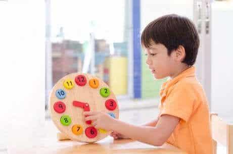 Kellonaikoja opettavat leikit