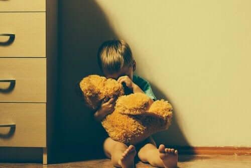Perheväkivalta vaikuttaa lapseen niin lyhyellä kuin pitkälläkin aikavälillä