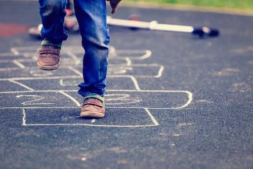 Ruutuhyppely auttaa kehittämään lapsen tasapainoa