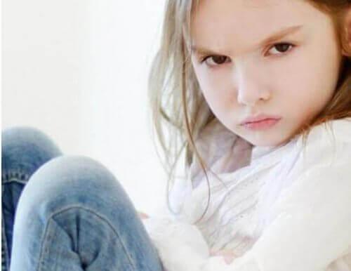 Vanhempien on tärkeää puhua lapselle tunteista, jotta tämä oppii tunnistamaan ja ilmaisemaan niitä