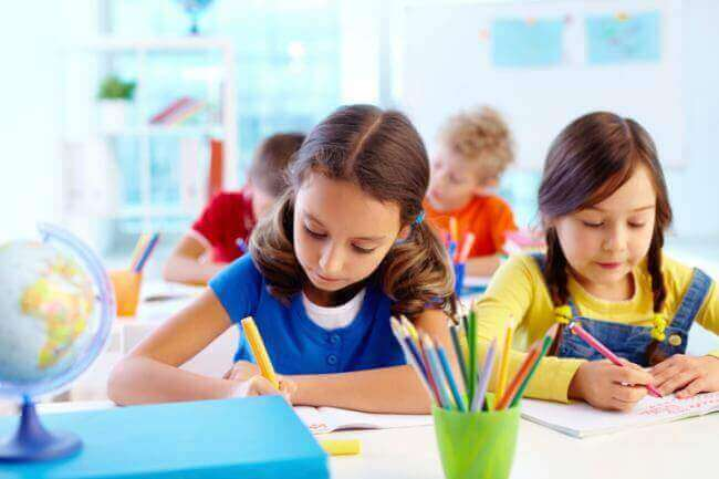 6 keinoa, joilla vanhemmat voivat auttaa lasta opiskelemaan kotona